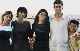 משמאל לימין: הבת שמרית, שולמית סבן, הבת רביד, דוד והבן אביתר