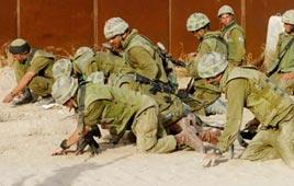 חיילים סורקים את הקרקע ב ציר פילדלפי
