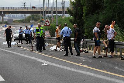תאונת הדרכים הקשה ליד נחל שורק. כביש מהיר, אופניים איטיים (צילום: צפריר אביוב)