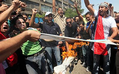 הפגנות בקהיר מול השגרירות הישראלית (צילום: EPA)
