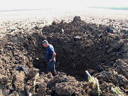 Rocket-created crater in Be'er Tuvia (Photo: Yaniv Ohana)