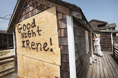"""מחכים לסופה בחוף צפון-קרוליינה: """"לילה טוב, איירין!"""" (צילום: AFP)"""