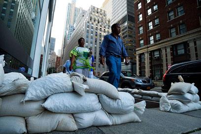 שקי חול במנהטן (צילום: רויטרס)