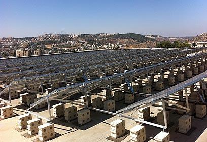 מערכת סולארית בגג בית הספר דנמרק בירושלים
