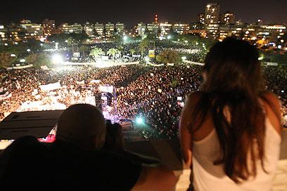 תל אביב. מפגינים גם במרפסות (צילום: מוטי קמחי)