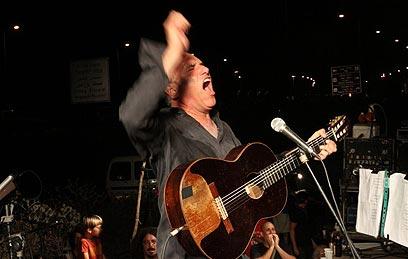 כפר יהושע. דייויד ברוזה צועק צדק חברתי (צילום: יואב בכר)