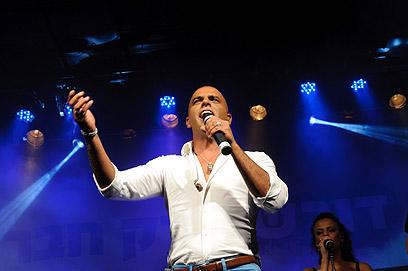 Levantou a multidão no comício. Eyal Golan (Foto: Kalmar)