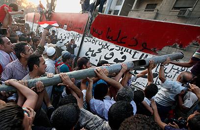 מפגינים מול השגרירות בקהיר (צילום: רויטרס)