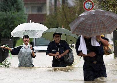 ערים הוצפו, נזק רב לכבישים. תושבי העיר נגויה (צילום: AFP)