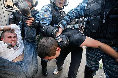 """""""המשטרה השתמשה בסמכותה לרעה"""". ההפגנה באומן (צילום: AP)"""