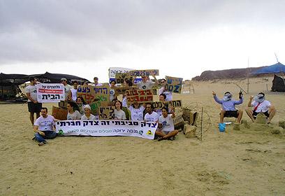 חברי ועד הפעולה של חוף נחשולים. חברים בפורום (צילום: לירונה ארד)