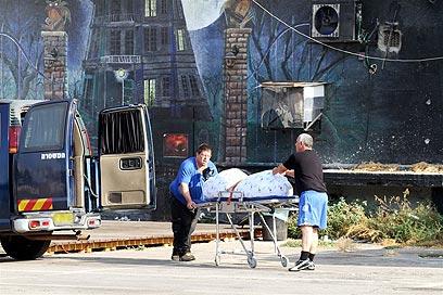 """גופת חסר הבית בזירה, """"הוא מת ממכות""""  (צילום: עופר עמרם)"""