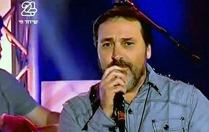 """""""היום אין כבוד אליי ואל חבריי לגיל. יש טירה שזמרים כמונו לא יכולים לחדור אליה"""". בני אלבז  (צילום: ערוץ 24)"""