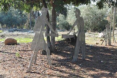 הנצחה לעבר. פסלי החלוצים הנוטעים (צילום: רונית סבירסקי)