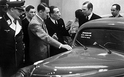 לואי רנו מציג מכונית לאדולף היטלר (צילום: AFP)