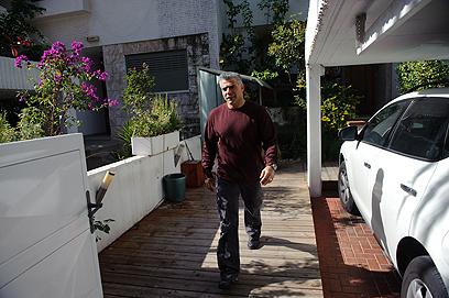 לפיד מחוץ לביתו, השבוע. עבר לניסאן (צילום: בן קלמר)