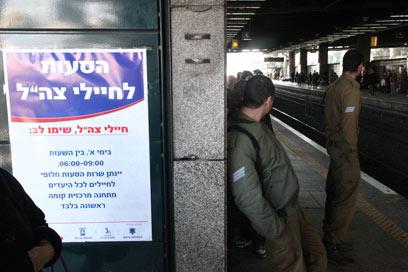 חיילים בתחנת הרכבת, הבוקר. ביום ראשון הם ישתמשו באוטובוס (צילום: מוטי קמחי)