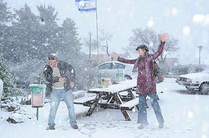 קרבות שלג בקיבוץ אל-רום, היום (צילום: אביהו שפירא)