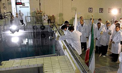 האיראנים מנעו מהפקחים לסייר. אחמדינג'אד באחד הכורים הגרעיניים (צילום: EPA)