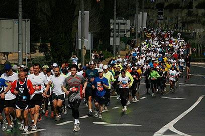 עומסי תנועה כבדים בכל רחבי העיר. מרתון ירושלים, הבוקר (צילום: גיל יוחנן)