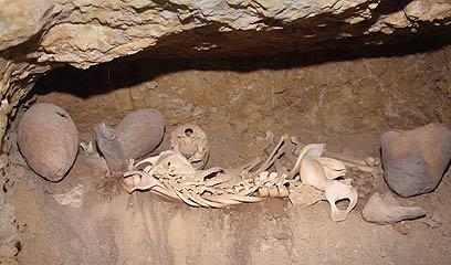 אחד הקברים שנחשפו (צילום: AP)