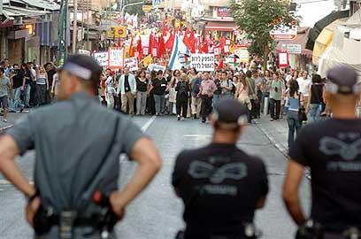 השוטרים מול המפגינים (צילום: אבי כהן)