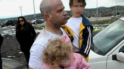 אחרי החילוץ: האב עם הילדים שלא נפגעו (צילום: אביהו שפירא)