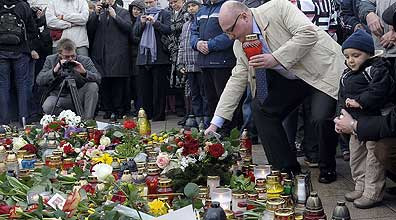פולנים מתאבלים על מות נשיאם (צילום: AFP)
