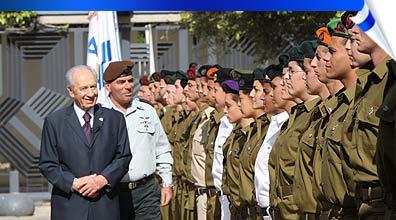 """הנשיא פרס והרמטכ""""ל אשכנזי עם החיילים המצטיינים (צילום:  אוהד צויגנברג)"""