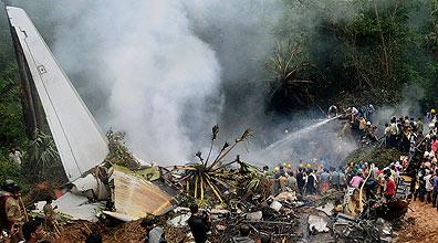 התרסקות המטוס בהודו (צילום: AP)