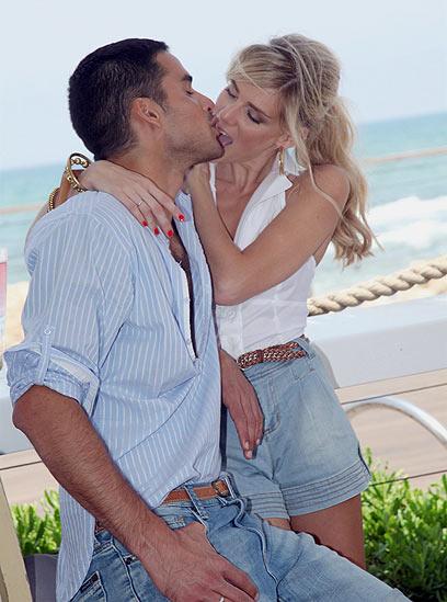 בת ובת מתנשקות מסאג סקס