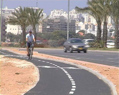 כאשר קיים שביל אופניים - חובה להשתמש בו (צילום: רותם מלנקי)