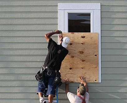 מכינים ביתם להוריקן (צילום: AFP)