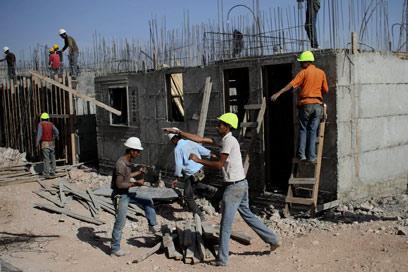פועלים פלסטינים בקריית ארבע. יישום ההסכם הכלכלי  (צילום: AP)