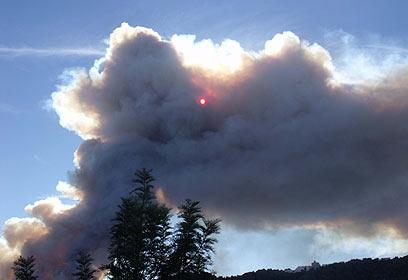 بالصور ..اندلاع حريق هائل في الكرمل