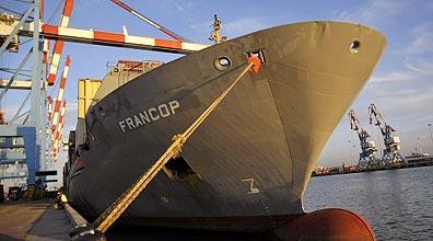 ספינת הנשק עוגנת בנמל אשדוד, אמש (צילום: רויטרס)