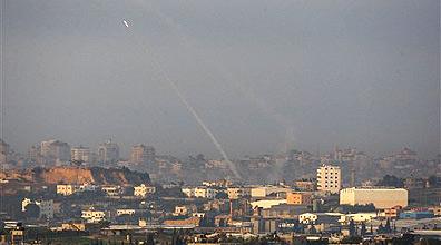 שיגור רקטות לעבר ישראל בתקופת עופרת יצוקה (צילום ארכיון: AP)