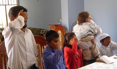 משפחתו של נשיא הקהילה, אקילס יהודה לוחן, מקבלת עול מלכות שמים
