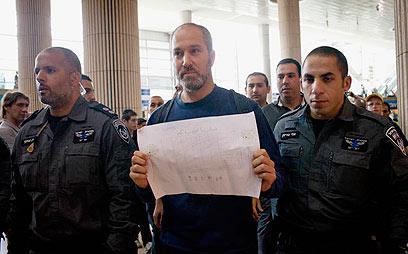 """בין העצורים בנתב""""ג: פעיל השמאל יונתן שפירא"""