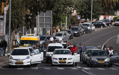 Traffic comes to a halt in Haifa on Yom Hashoah