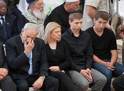 משפחת נתניהו בהלוויה (צילום: AP)