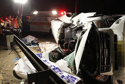 מכוניתם של ההרוגים (צילום: עופר עמרם)