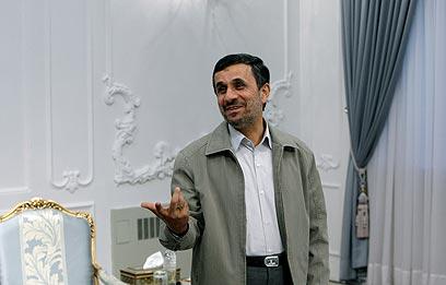 אחמדינג'אד. איראן ממשיכה להתריס (צילום: AP)