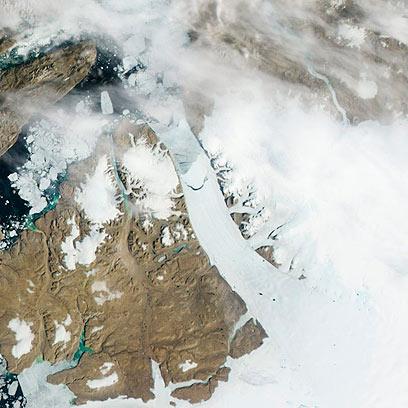 במרכז התמונה: שבר בצורת חצי-סהר בקרחון (צילום: AP)