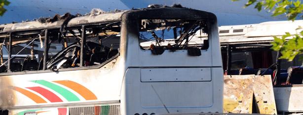 שרידי האוטובוס (צילום: AFP)