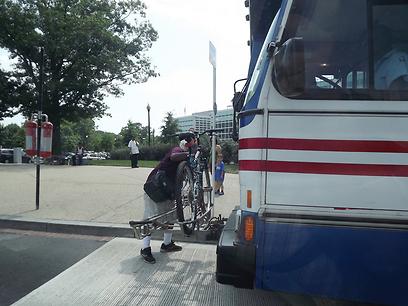 מתי אצלנו? רוכב מעמיס אופניים על אוטובוס ציבורי (צילום: אבי גנאור)