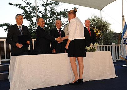 האשה הסודית מקבלת את הפרס מידי פרס וברק (צילום: אלון בסון, משרד הביטחון)
