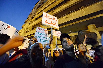 מקדם את הסרט: הכומר שאיים לשרוף קוראן. מפגינים בקהיר (צילום: AFP)