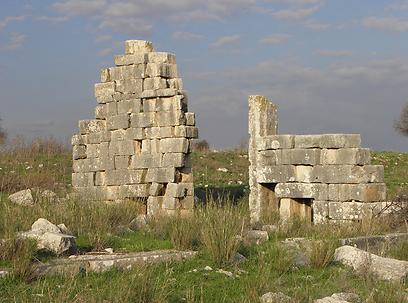 פולחן לאל השמש התקיים כאן. שרידי המקדש בתל קדש (צילום: דר' ירון זפרן)
