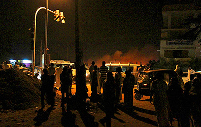 אזרחים משקיפים על המפעל בחרטום (צילום: EPA)